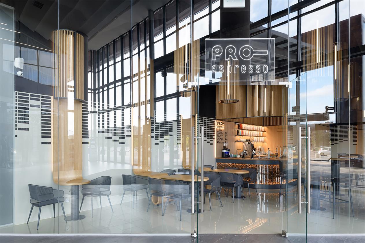 咖啡厅门头全玻璃隔断设计