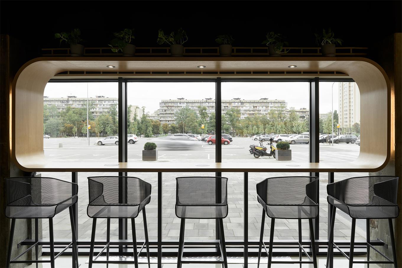 从咖啡厅吧台区望向窗外的场景