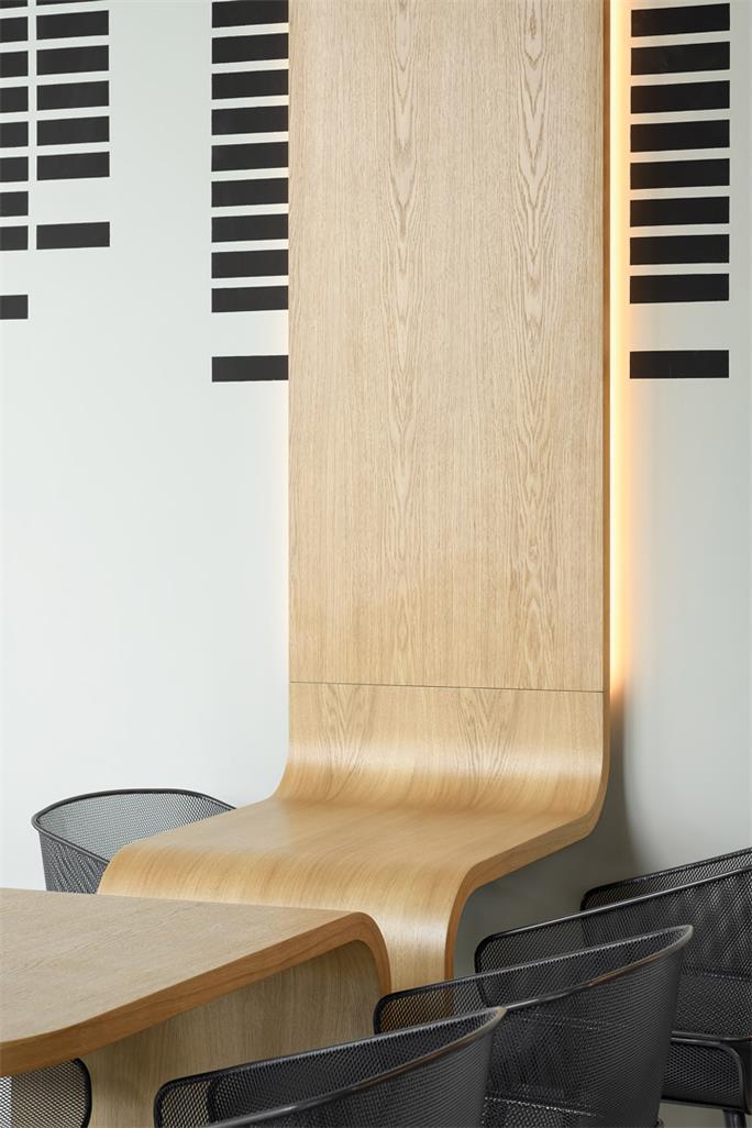 咖啡厅墙面造型与桌子的结合设计