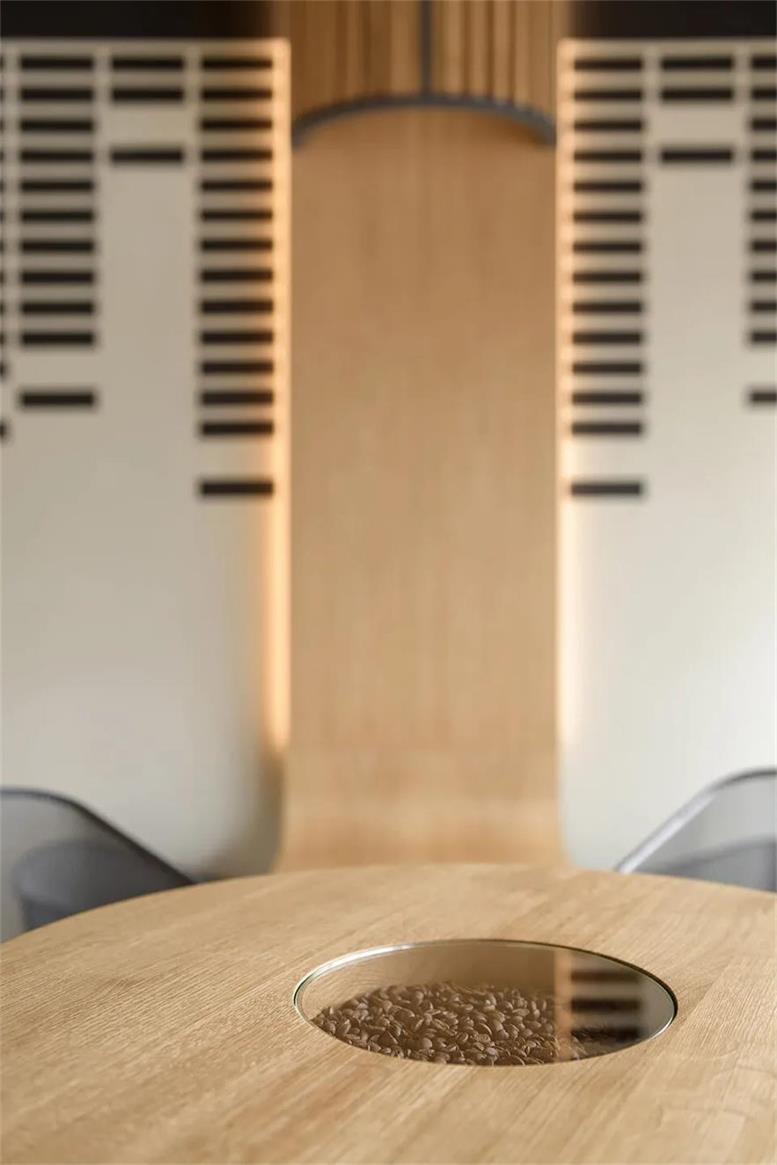咖啡厅桌面中央储存的咖啡豆设计