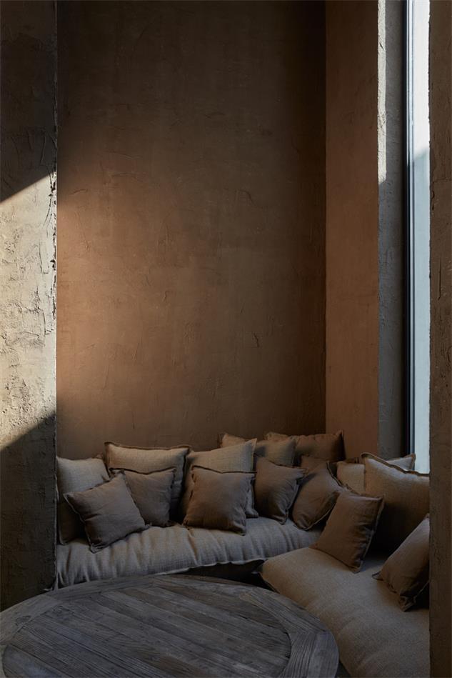 咖啡馆沿窗的沙发座位区设计