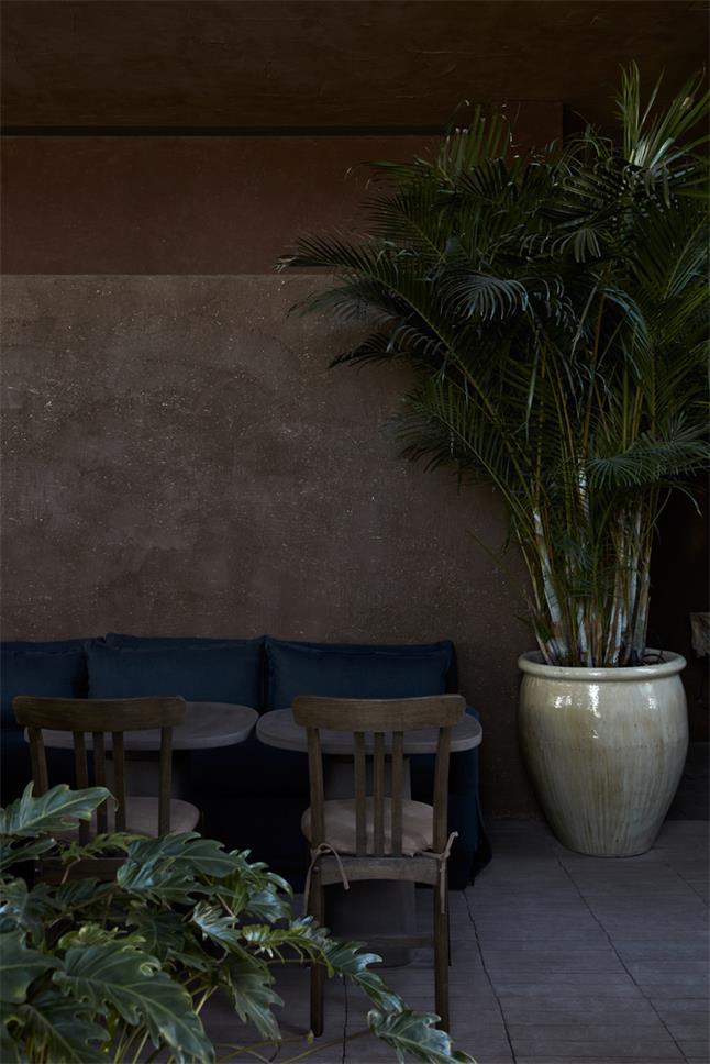 咖啡馆沿墙卡座墙面设计