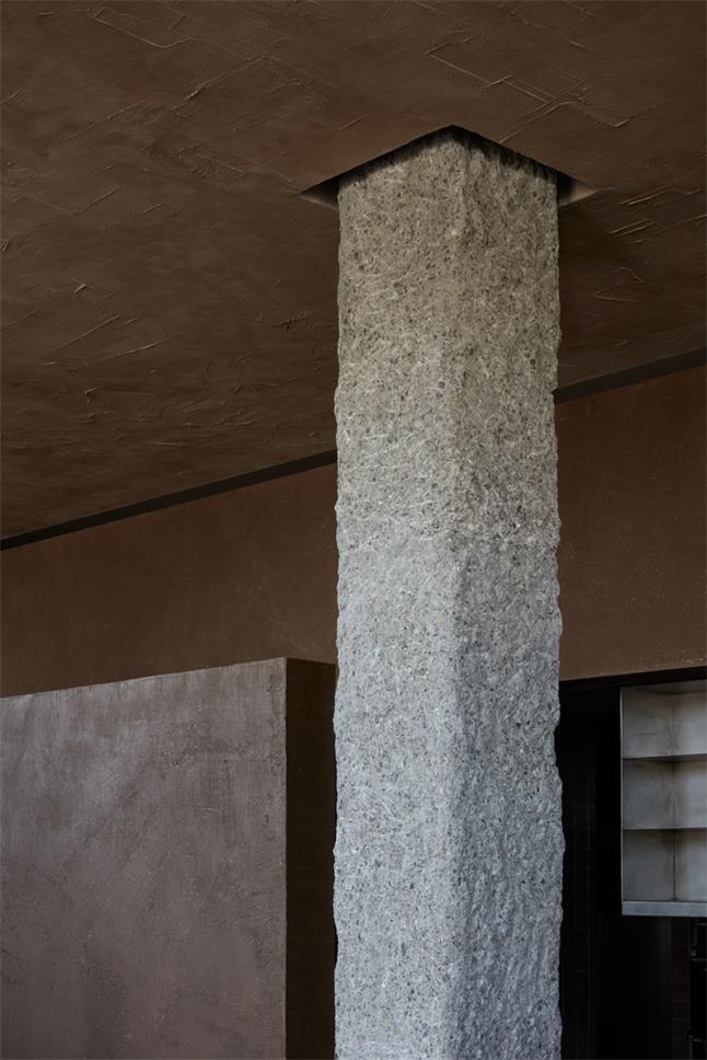 咖啡馆手工开凿的柱子设计