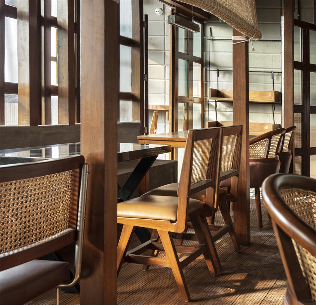 餐厅沿窗卡座设计
