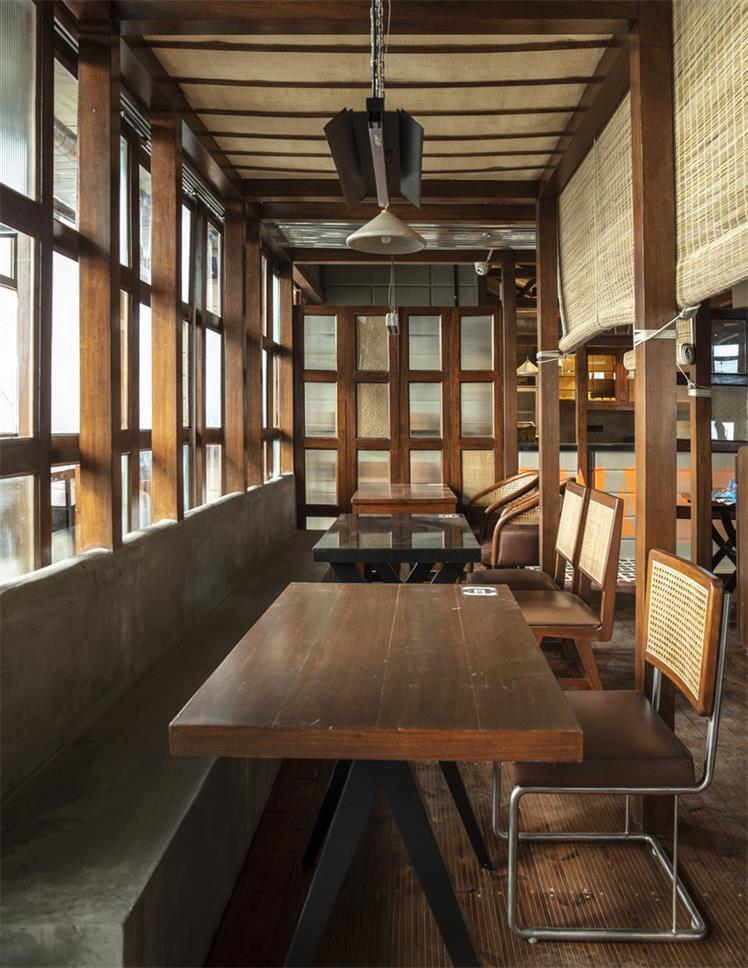 餐厅沿窗用餐区家具设计