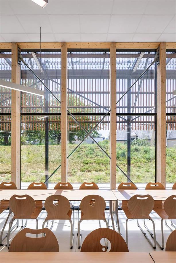 学校食堂内部望向玻璃幕墙外的场景