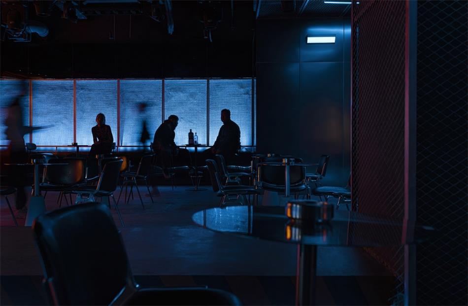酒吧不同高低座椅人影场景