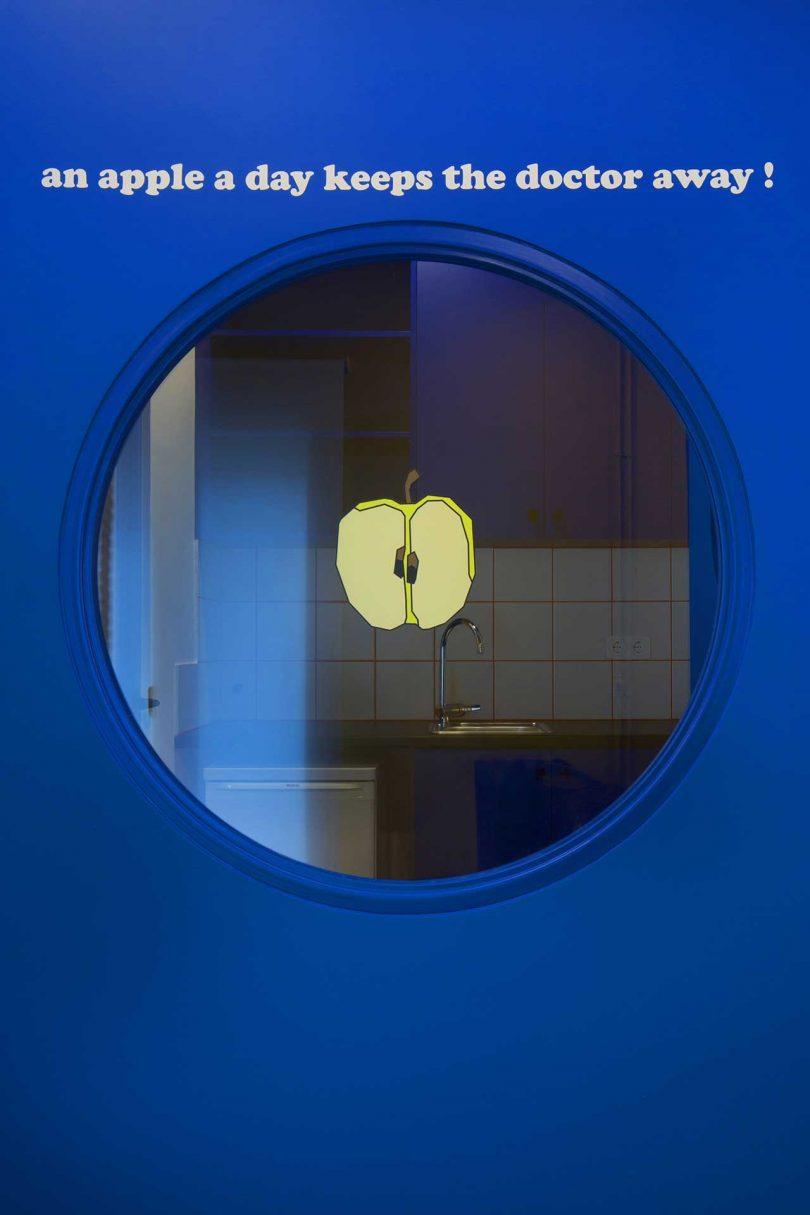 诊所走廊圆形窗口设计