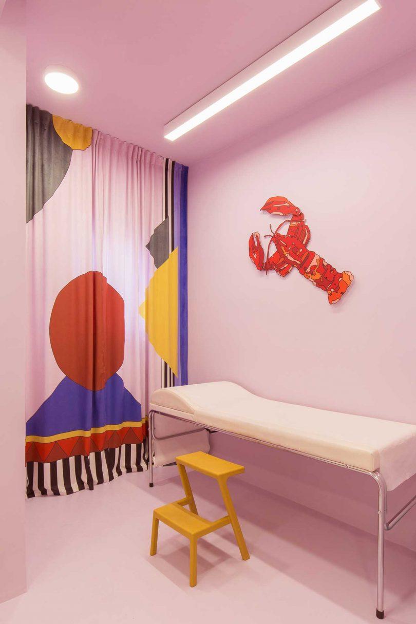 诊所治疗区童趣的拉帘和墙面图形设计