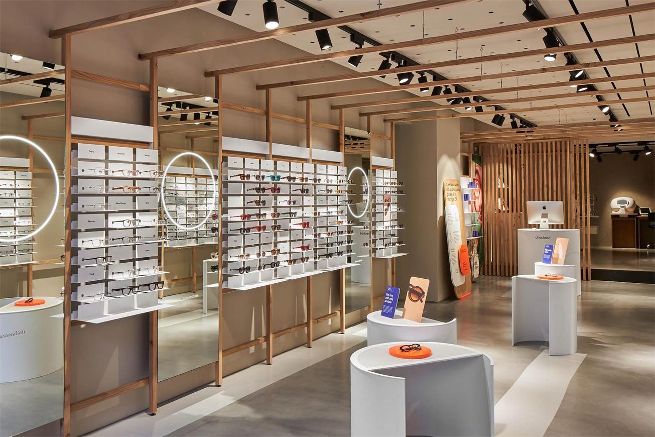 从眼镜店入口处望向内部的场景