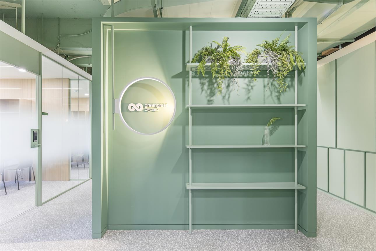 办公室绿色背景墙及展示架设计