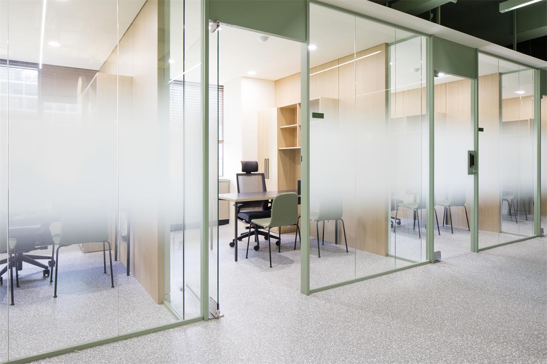 办公室蒙砂玻璃隔断设计