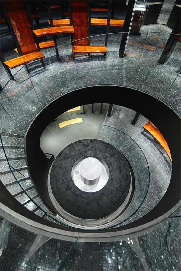 奢侈品店旋转楼梯俯瞰图
