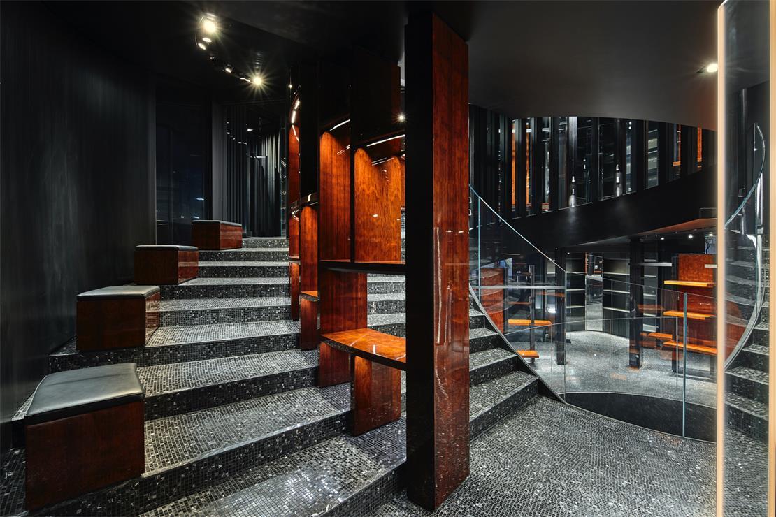 奢侈品店楼梯与休息区结合设计
