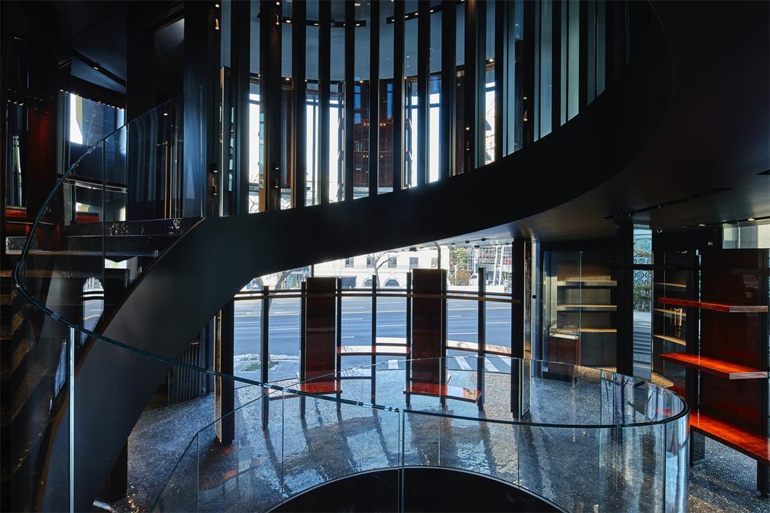 奢侈品店玻璃栏杆的线条感设计