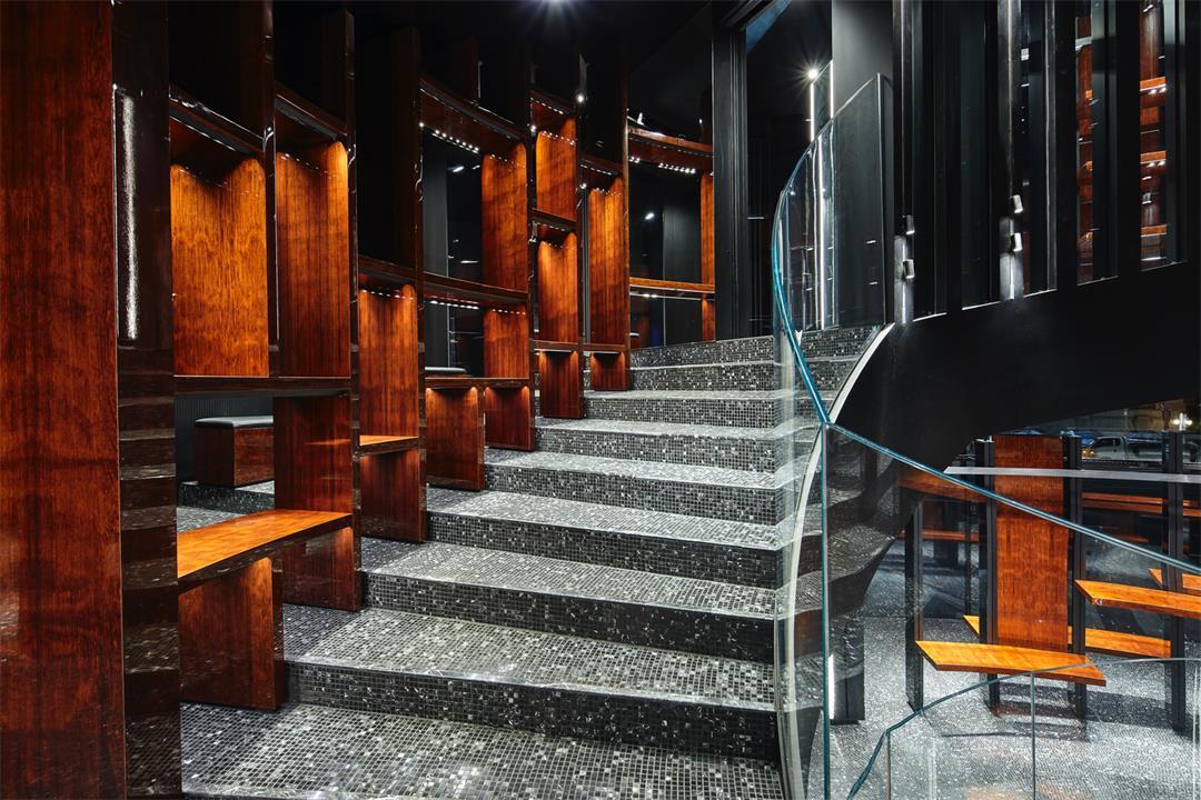 奢侈品店楼梯旁的展示架设计
