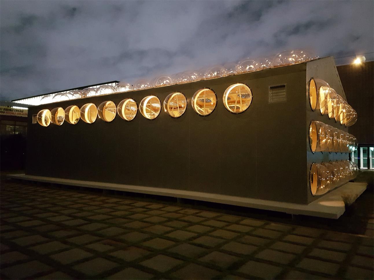 傍晚艺术装置外立面的场景