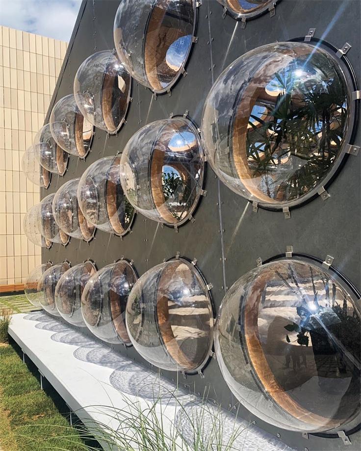 艺术装置透明玻璃球白天光影效果