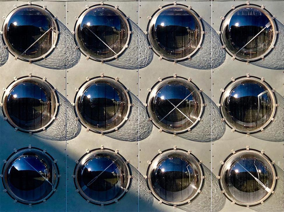 艺术装置透明玻璃球在日光下的投影场景