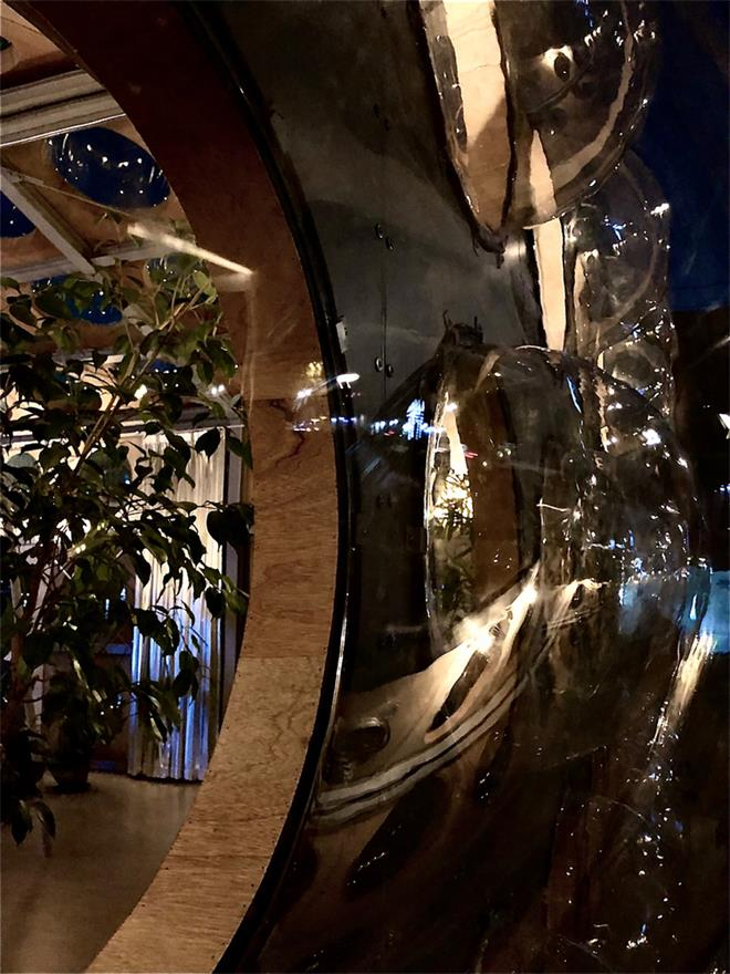 艺术装置玻璃盒子在晚上的特写