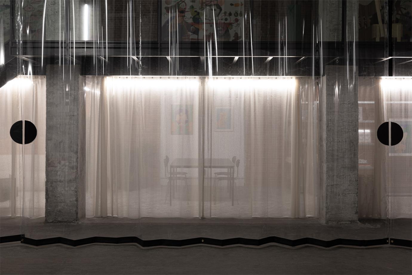 透过展厅透明拉帘望向内部的场景
