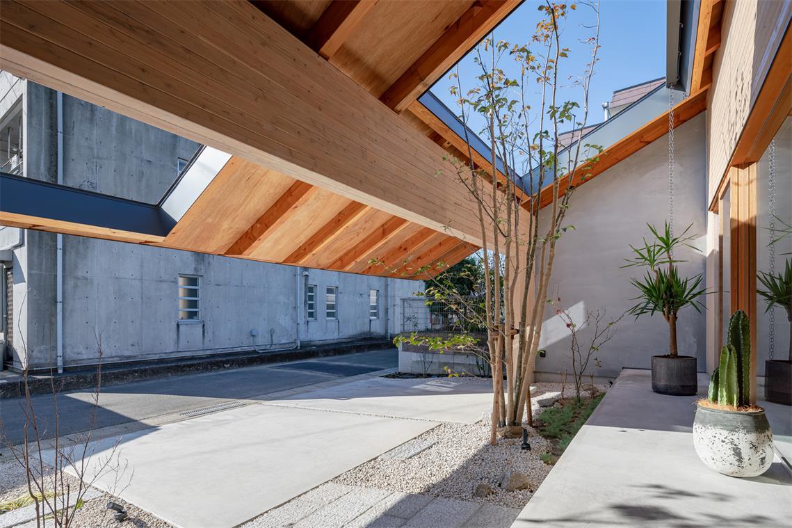 住宅延伸到庭院的屋檐设计