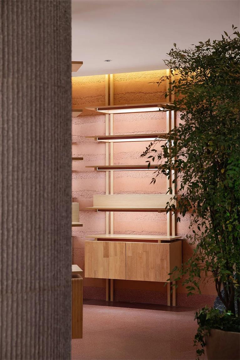 从茶文化体验馆柱子旁望向墙面展示区的场景