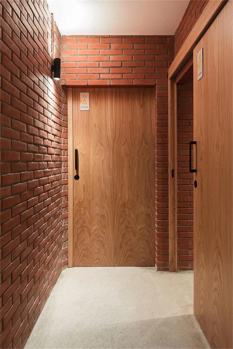 瑜伽工作室过道墙面及门扇设计