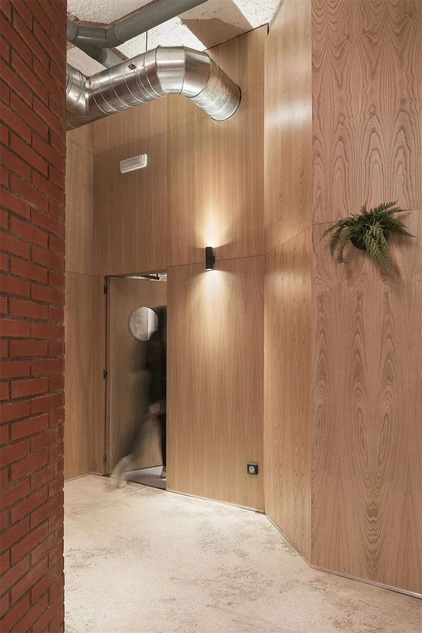 瑜伽工作室复古砖墙与木饰面墙面设计