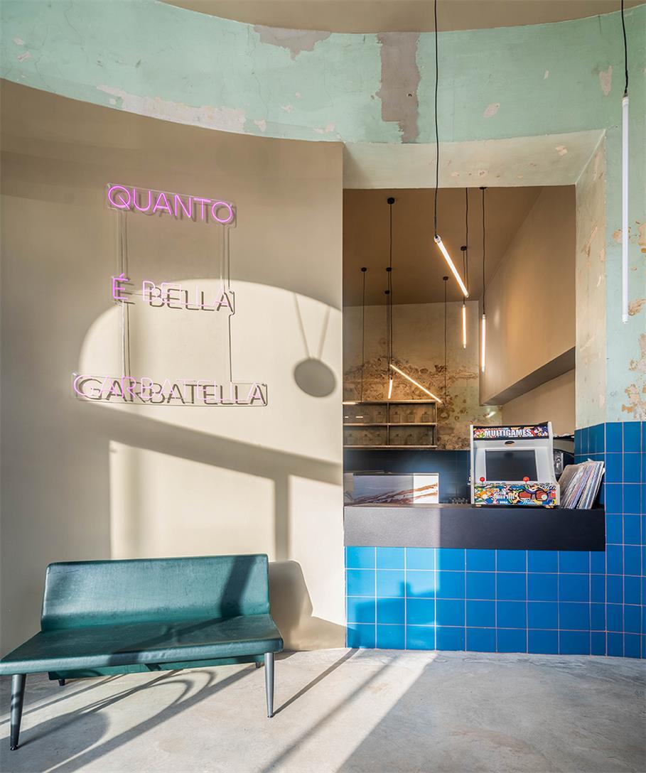 餐吧入口处霓虹灯背景墙设计