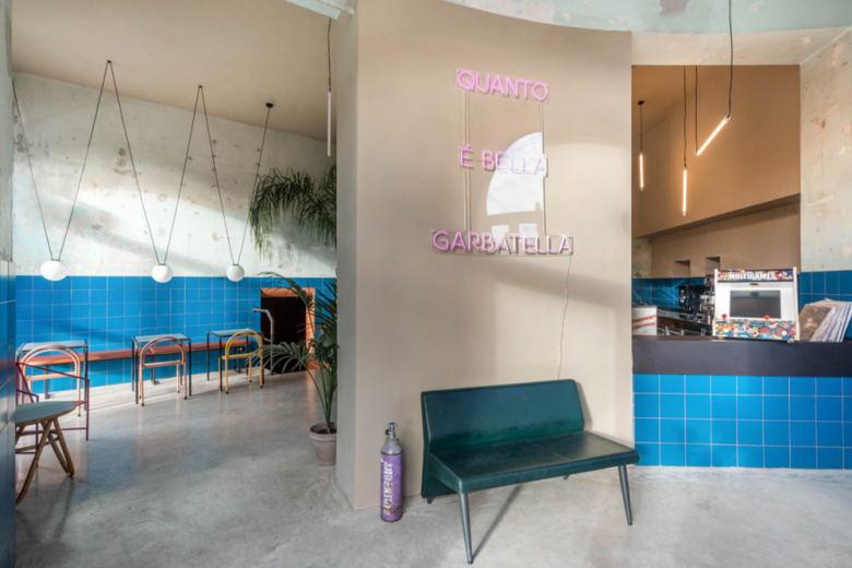 从餐吧入口处望向室内的场景