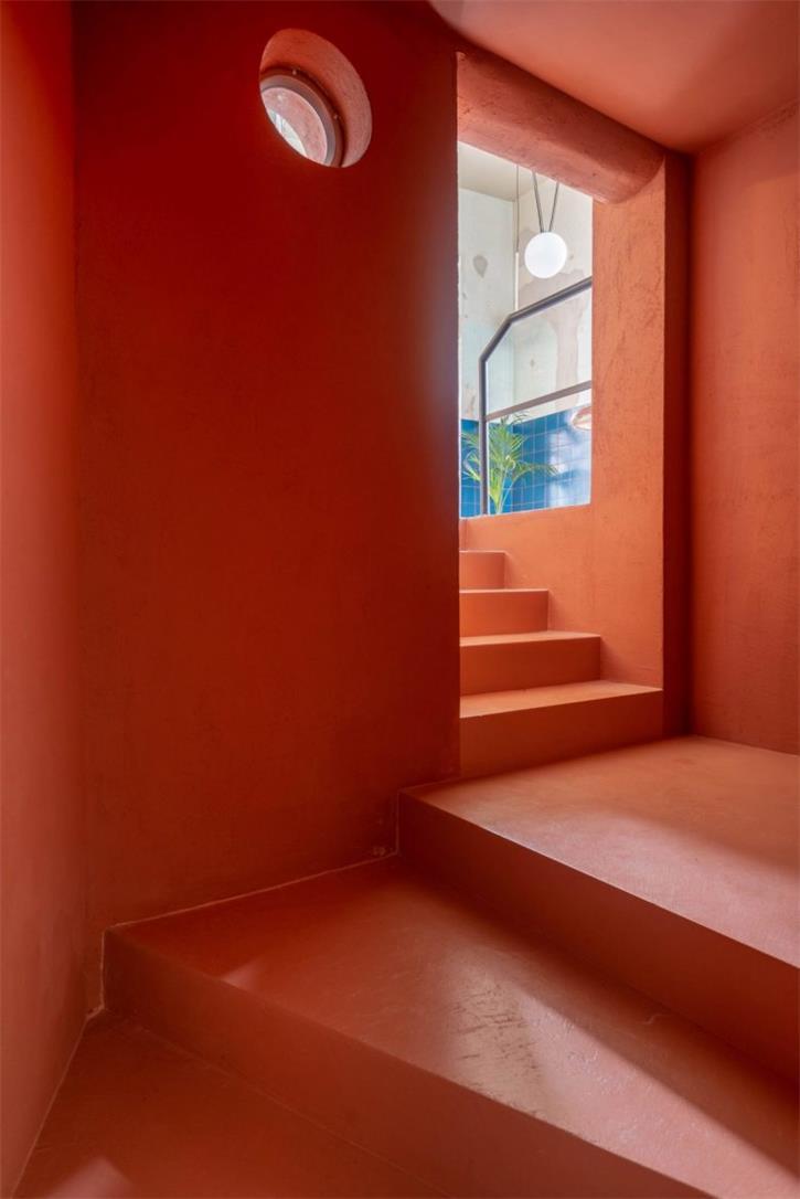 餐吧通往地下空间的楼梯设计