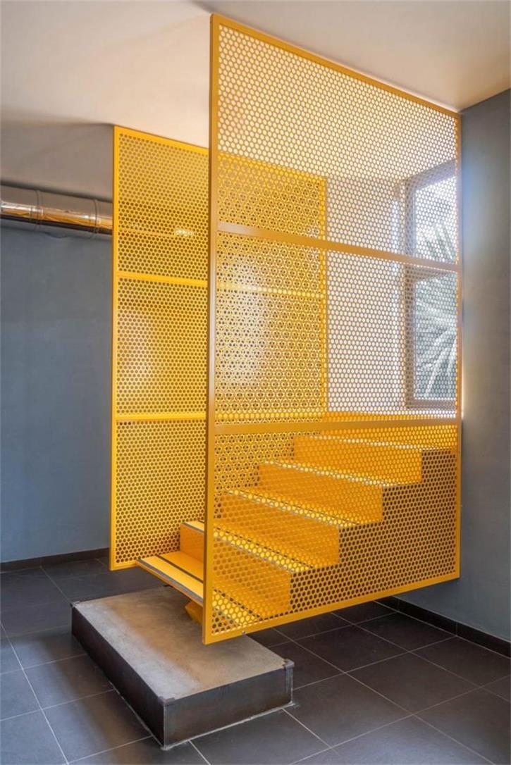 餐吧通往户外的黄色楼梯设计