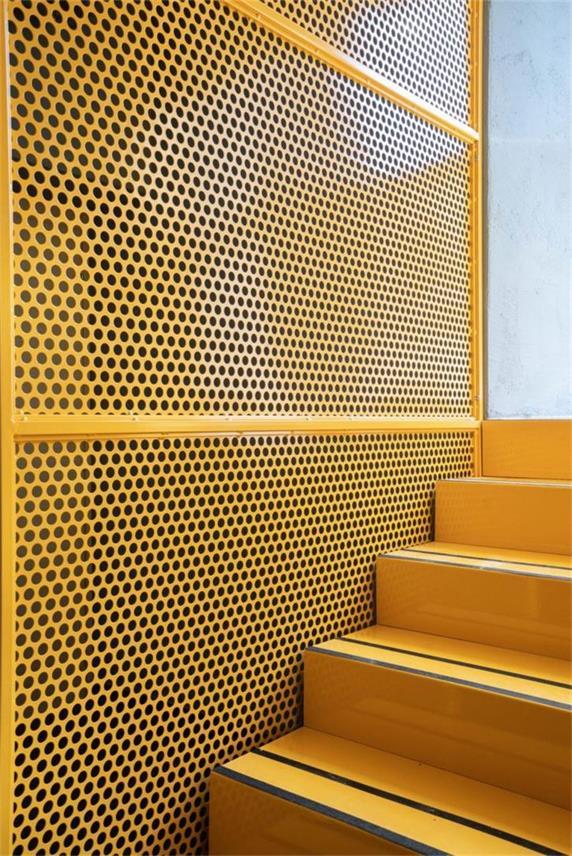 餐吧通往户外楼梯的金属网和踏步设计细节