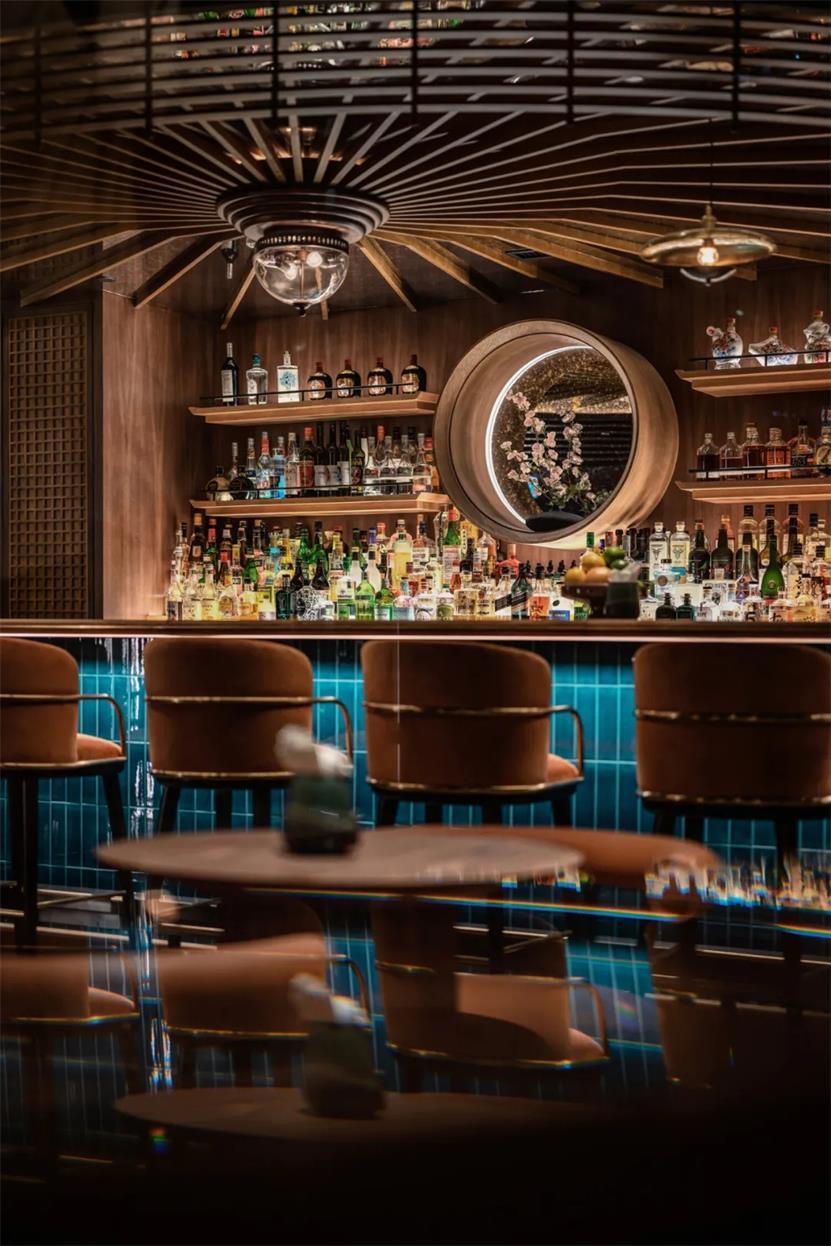威士忌酒吧吧台区天花设计