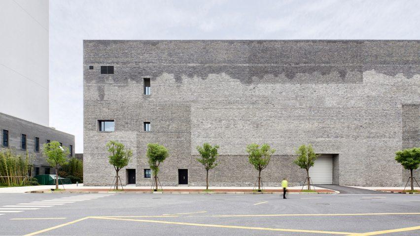办公楼复古砖墙平台设计