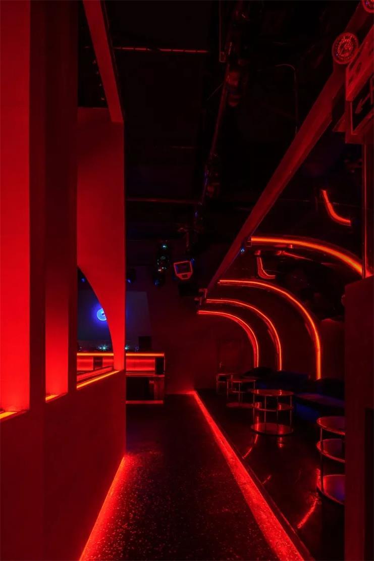 酒吧弧形线条灯设计