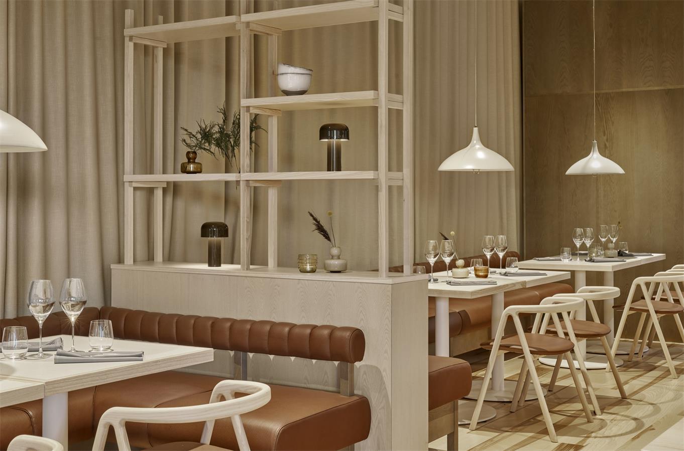 酒店餐厅装饰架隔断设计