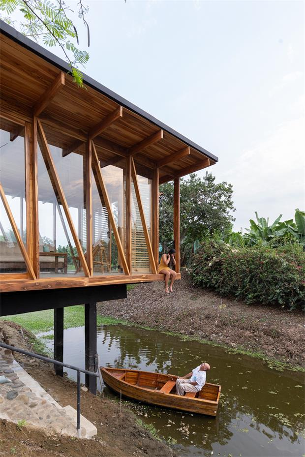 从河堤斜面望向茶室的场景