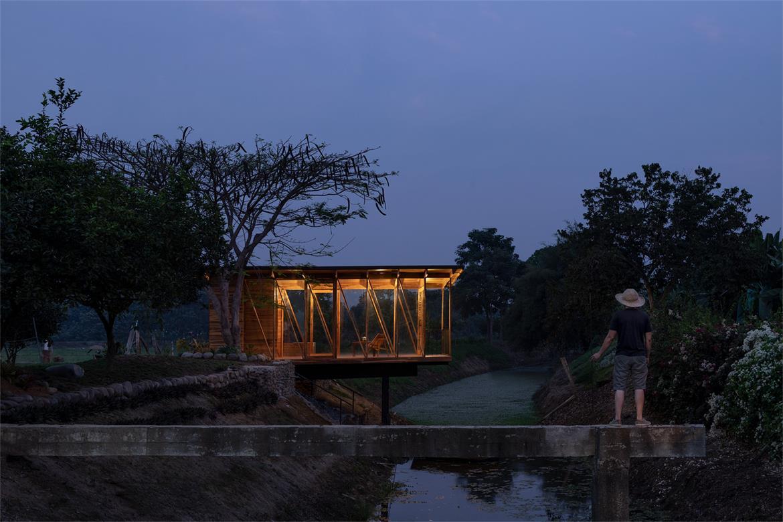 夜晚从远处望向茶室的场景