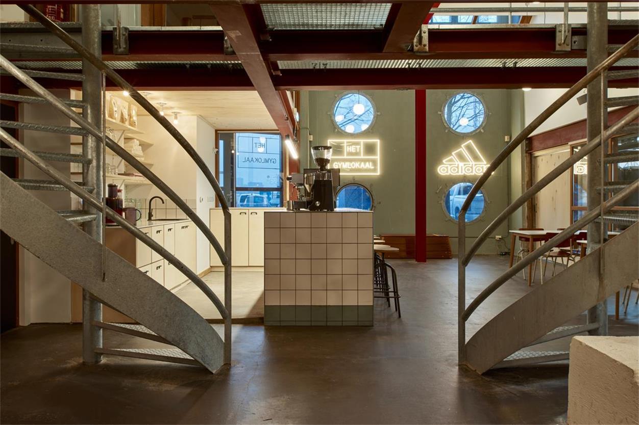 从楼梯口望向酒吧吧台的场景