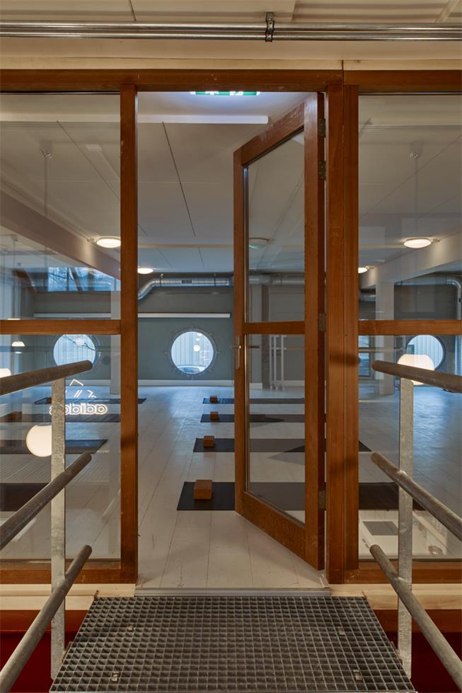 健身房木质框架玻璃门设计