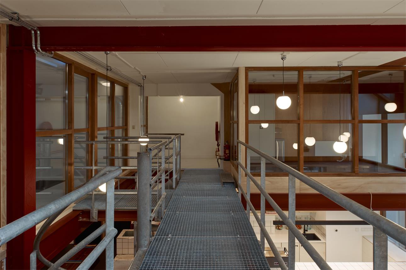 从健身房二层连廊望向房间玻璃隔断的场景