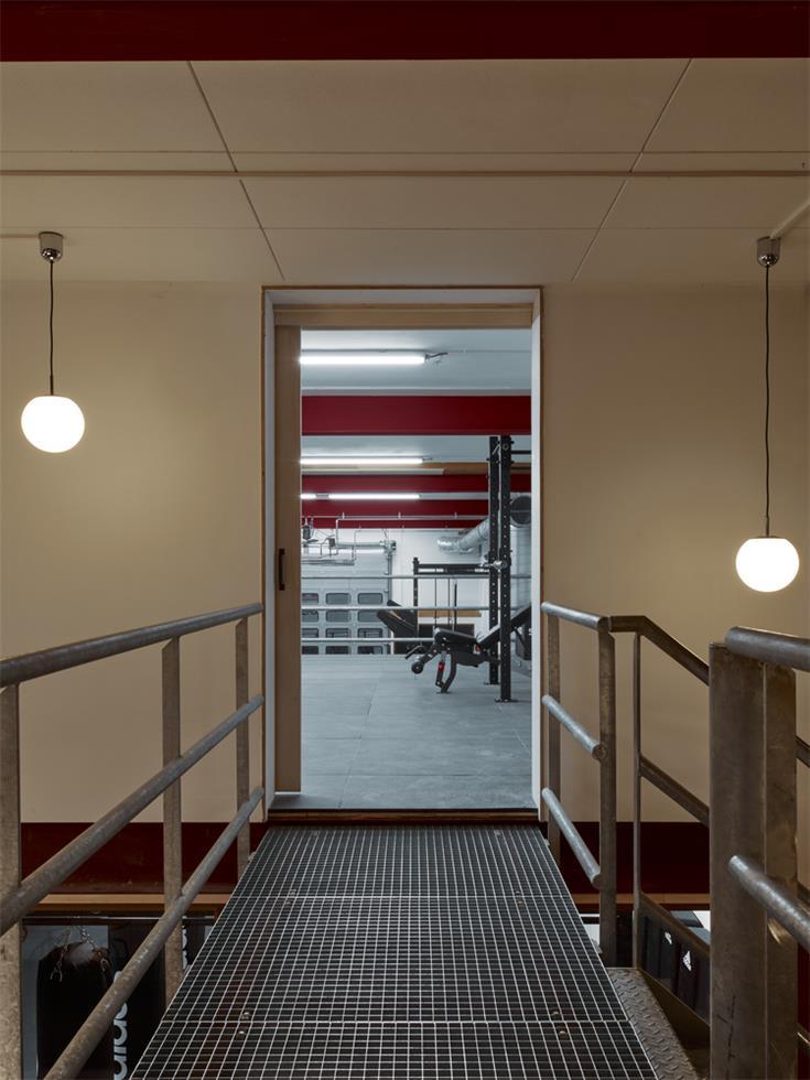 从健身房二层连廊望向健身区的场景