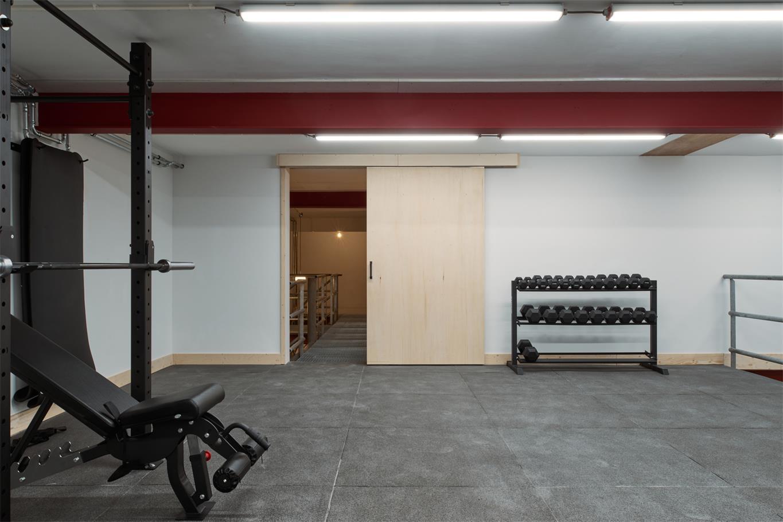 从健身房运动机械区望向连廊的场景