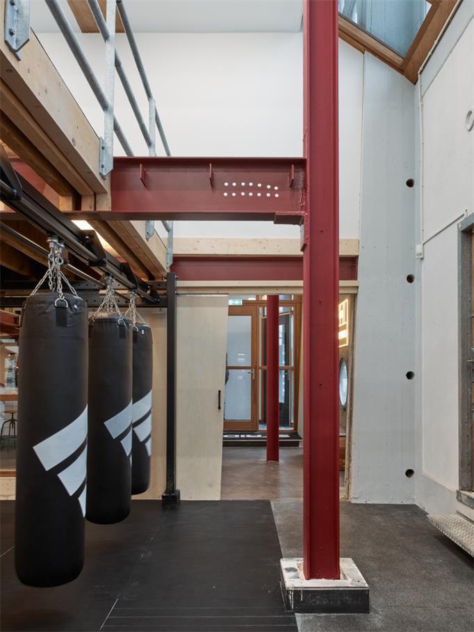健身房拳击室旁边的通道设计