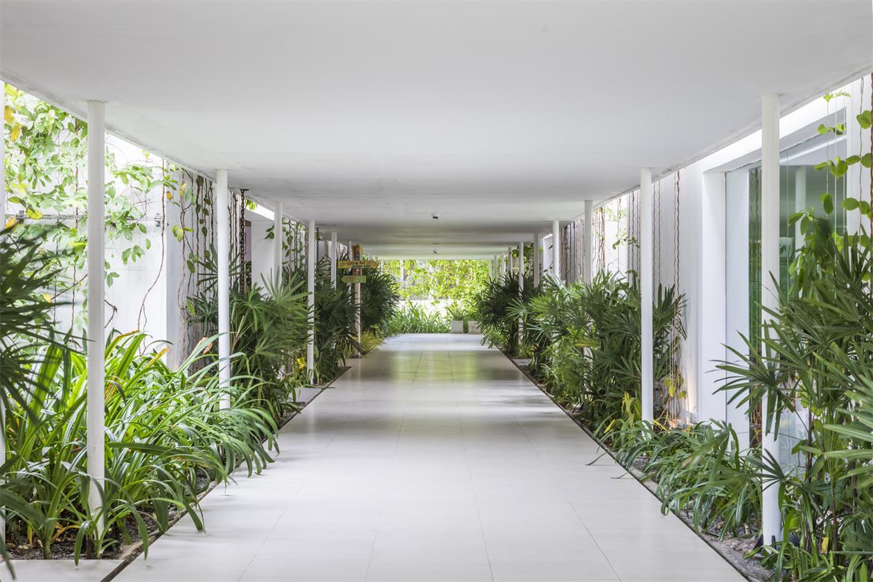 从售楼处入口处望向长廊入口场景