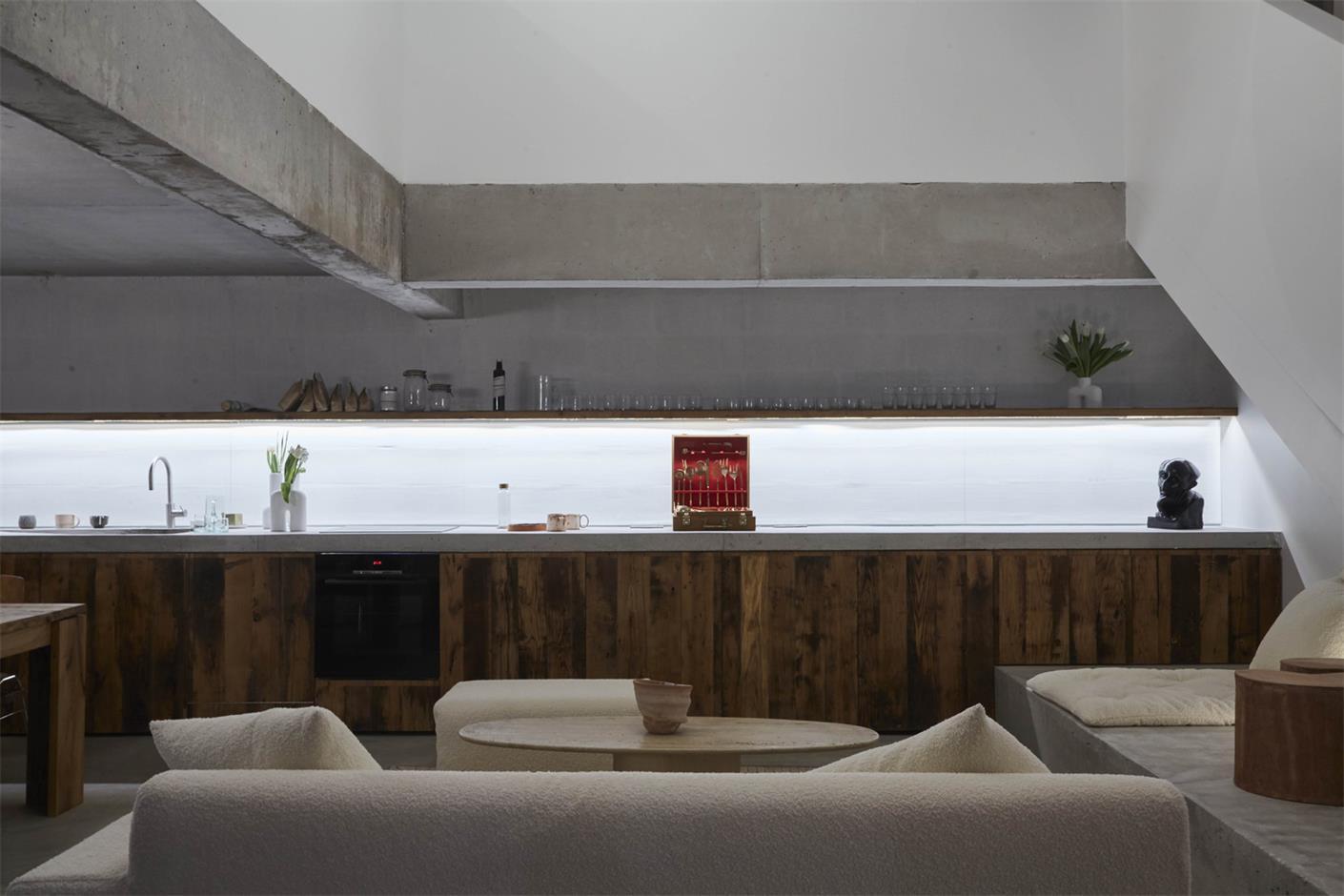 从摄影工作室沙发区望向开放式厨房的场景