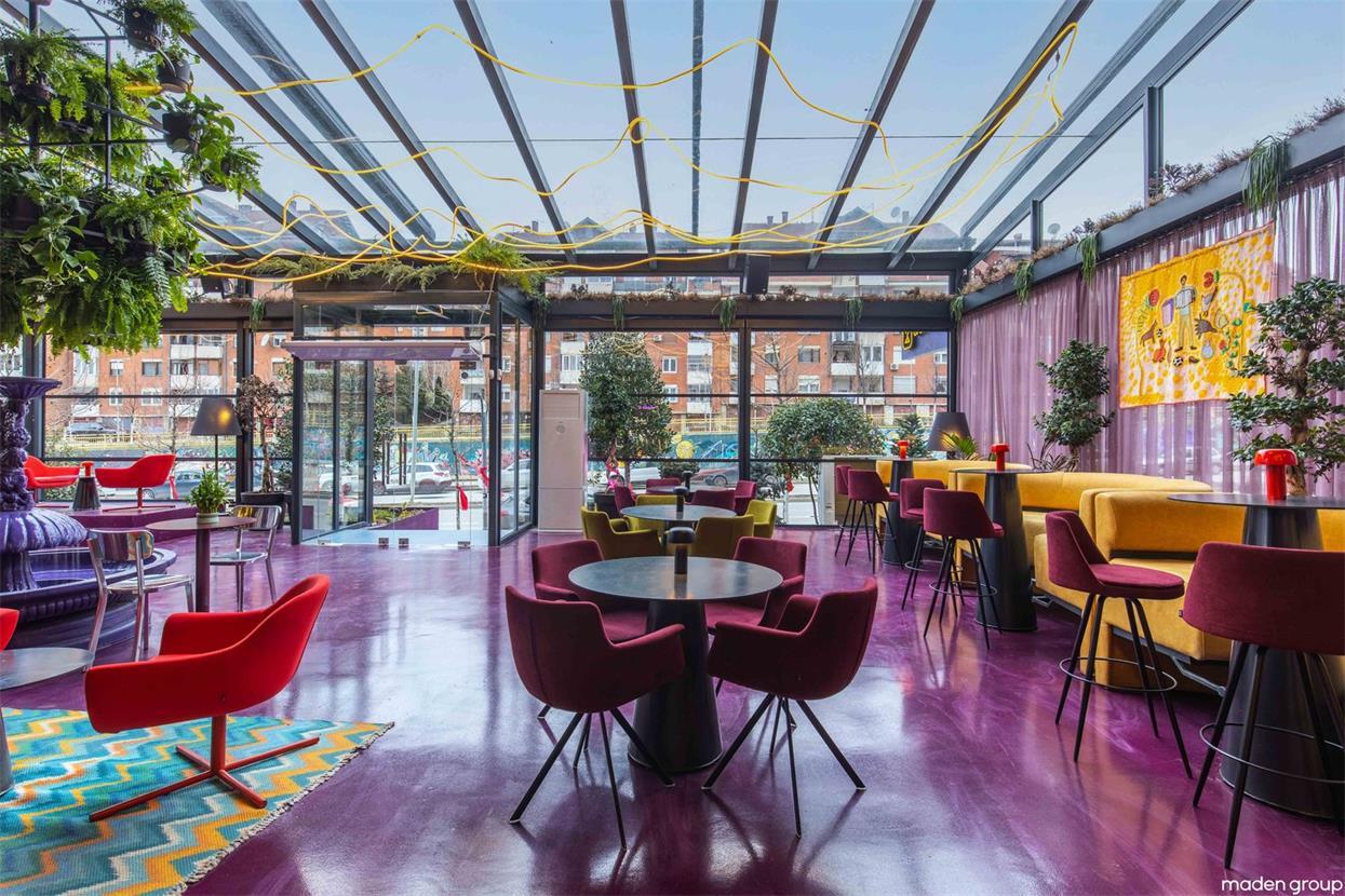 酒吧通透的玻璃顶棚设计