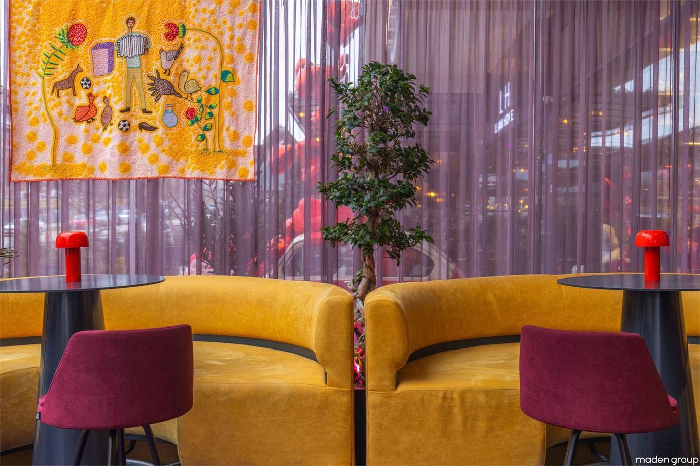 酒吧彩色家具及通透拉帘设计
